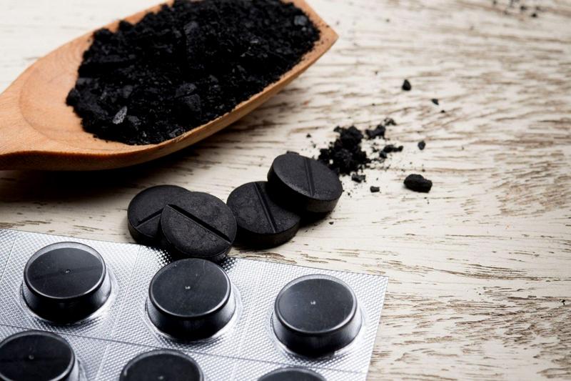 Активированный уголь – одно из народных средств для чистки сковороды