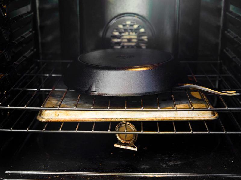 Правильное прокаливание сковороды избавит от пригорания пищи к поверхности