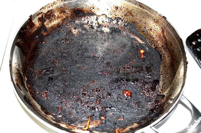Без прокаливания такие загрязнения со сковороды удалить не удастся