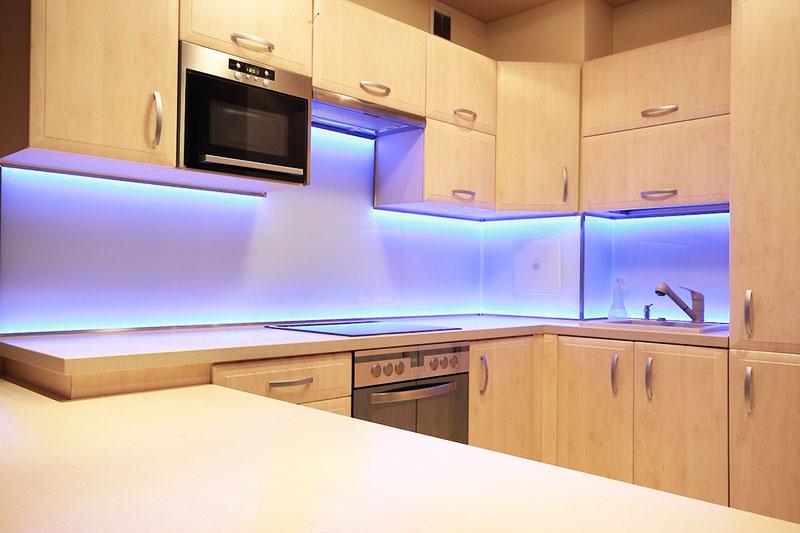 В качестве подсветки рабочей зоны кухни лента подходит идеально
