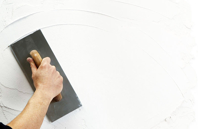 При подготовке стен под обои достаточно воспользоваться только стартовым составом шпатлёвки