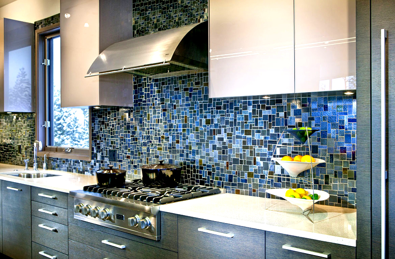 Мозаика смотрится на стене кухни очень богато и стильно