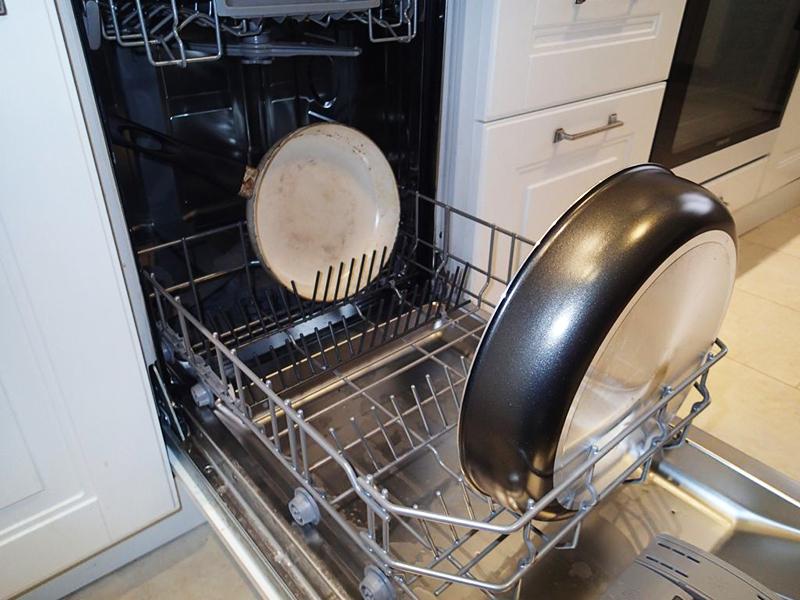 На изделии обязательно должны быть значки с указанием возможности помещения модели в посудомойку