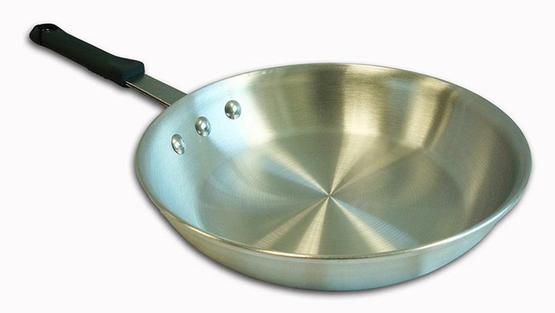 Лучше выбирать литую сковороду из алюминия, штамповка подходит только для разогрева еды