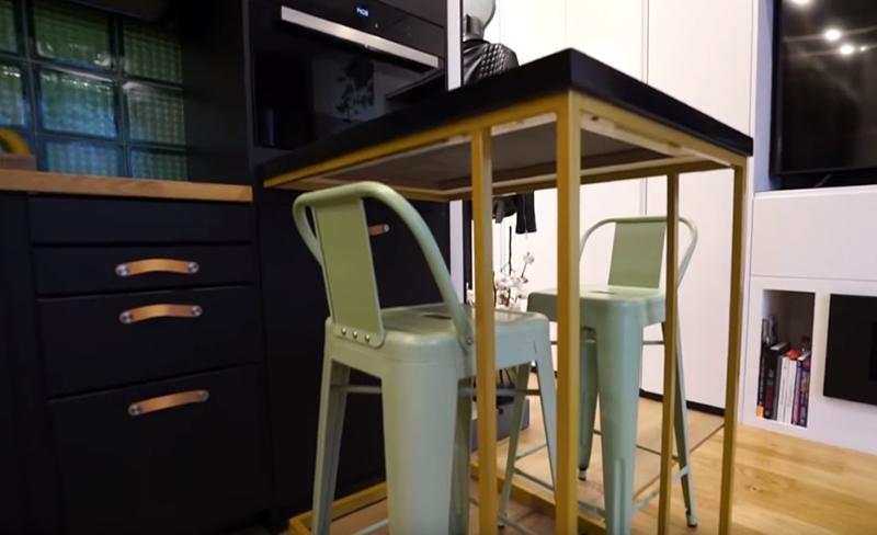 На таких скромных площадях разместился также и небольшой кухонный стол