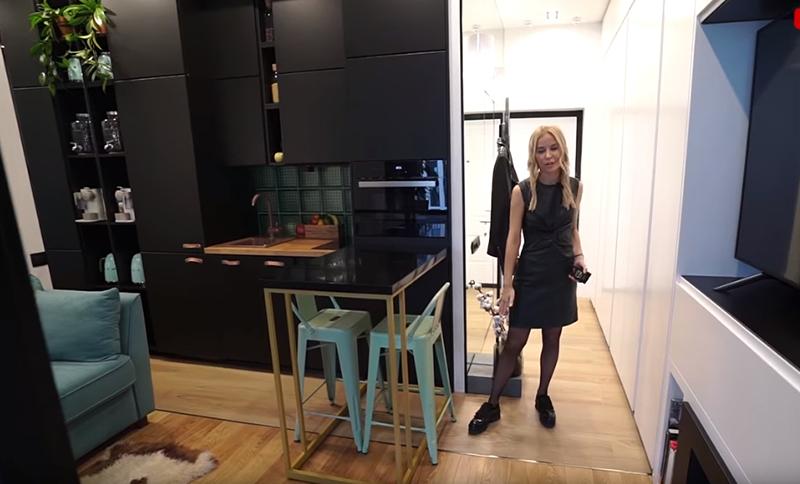 Мокрая зона функционально разделена с зоной гостиной, это сразу заметно по полу, на котором в кухне уложен керамогранит, а в гостиной постелена паркетная доска