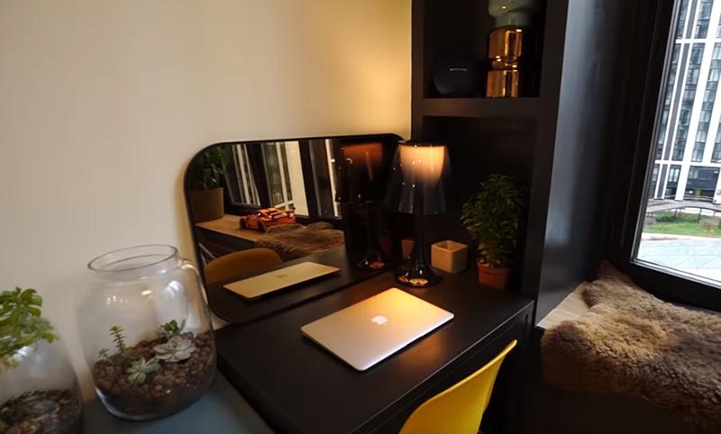 Кроме спальной зоны, в пространстве для отдыха удалось разместить и уголок для работы