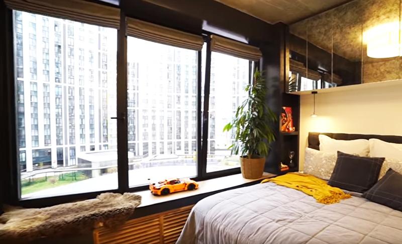 Именно поэтому в проекте появилось нереальное количество зеркал, огромные полноразмерные окна и вот такая шикарная кровать