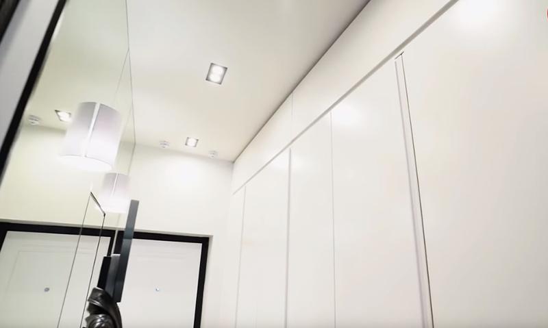 Белый оттенок мебели позволил визуально увеличить пространство