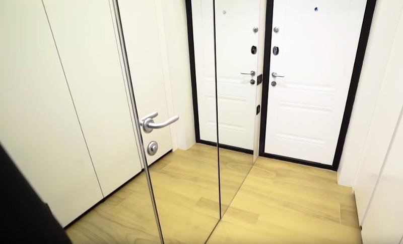 Фасады выполнены с использованием зеркальных вставок, так удалось скрыть приметную дверь в санузел