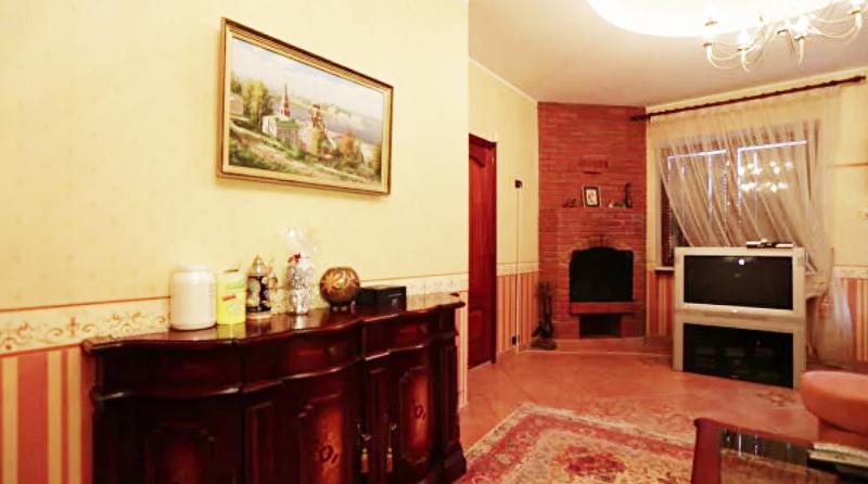 Главное место в гостиной занимает настоящий камин