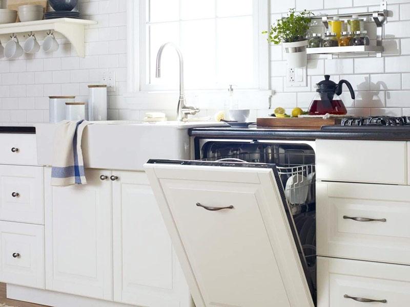 Когда дверца встроенной посудомойки закрыта, кажется, что это обычный шкафчик