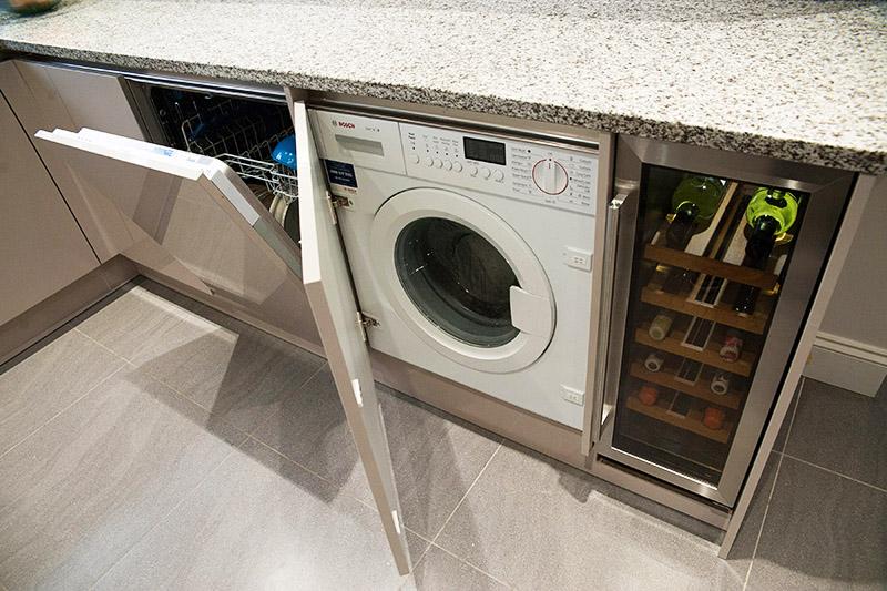 Интересный вариант размещения стиральной и посудомоечной машины на кухне