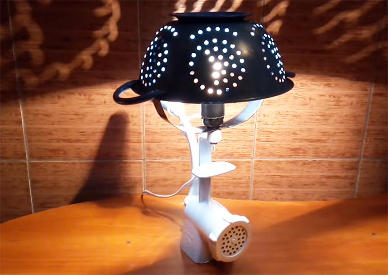 Нужно отметить, что благодаря необычной конструкции и особенному рассеиванию света, эта лампа выглядит очень романтично, и вы получите настоящее удовольствие от ужина при её свете