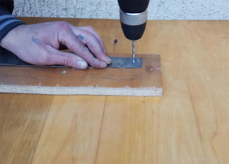 В отмеченных местах нужно просверлить отверстия дрелью. Размер отверстия должен быть таким, чтобы в него проходил крепёж