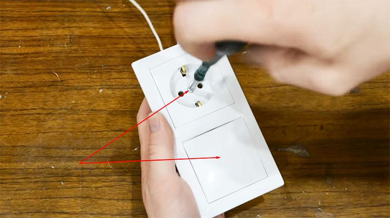 Удаляются все элементы, препятствующие снятию декоративной накладки