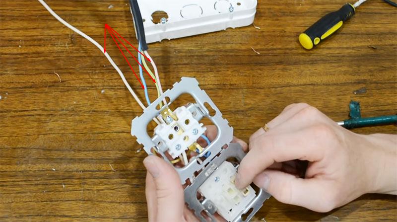 Для примера использован трёхжильный кабель с дополнительной четвёртой жилой