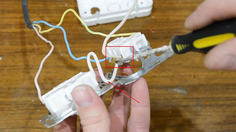 Перемычка между выключателем и розеткой – именно сюда подключается фазный провод