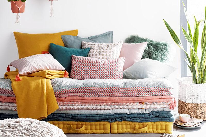 Приобретите несколько небольших квадратных подушек и красивые наволочки к ним. Желательно придерживаться цветовой гаммы интерьера, но вы можете добавить одно-два ярких пятна, чтобы украсить комнату