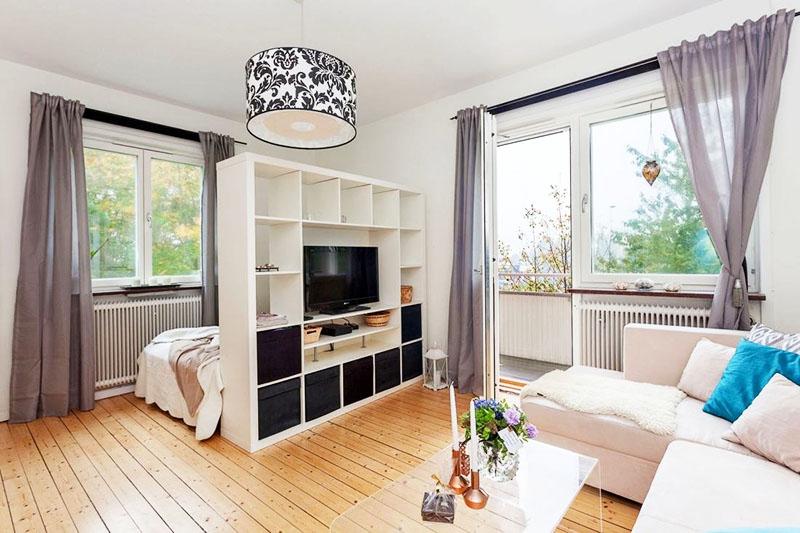 В квартире-студии ставьте стеллаж максимально близко к кровати, чтобы не съедать лишнее пространство