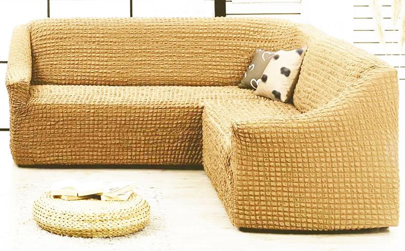 Идеальное решение – чехол коричневого или бежевого цвета из текстурной, необычной ткани. Дополнительно положите на диван несколько ярких декоративных подушек