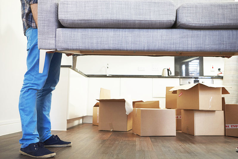 Иногда достаточно лишь передвинуть два самых крупных предмета мебели в квартире, и вид сразу кардинально меняется. Продумайте будущую обстановку заранее – это сэкономит вам немало времени