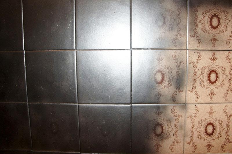 Чтобы старый кафель не просвечивал, сотрите верхний слой и нанесите краску несколько раз