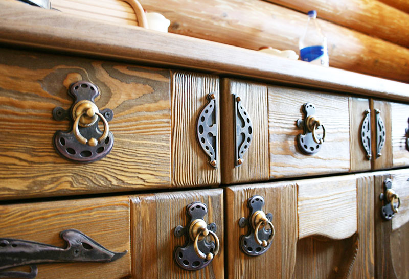 Подбирайте ручки для шкафов так, чтобы они сочетались с другими элементами в интерьере: лампами, ножками мебели, цветом декора
