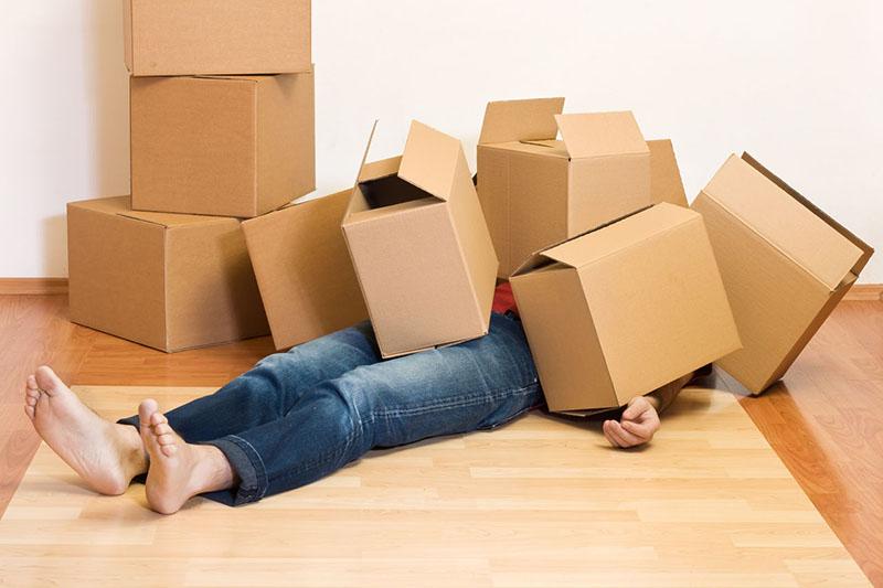 Если складывать коробки некуда, соорудите из них некое подобие постамента и положите сверху доску. У вас получится стол