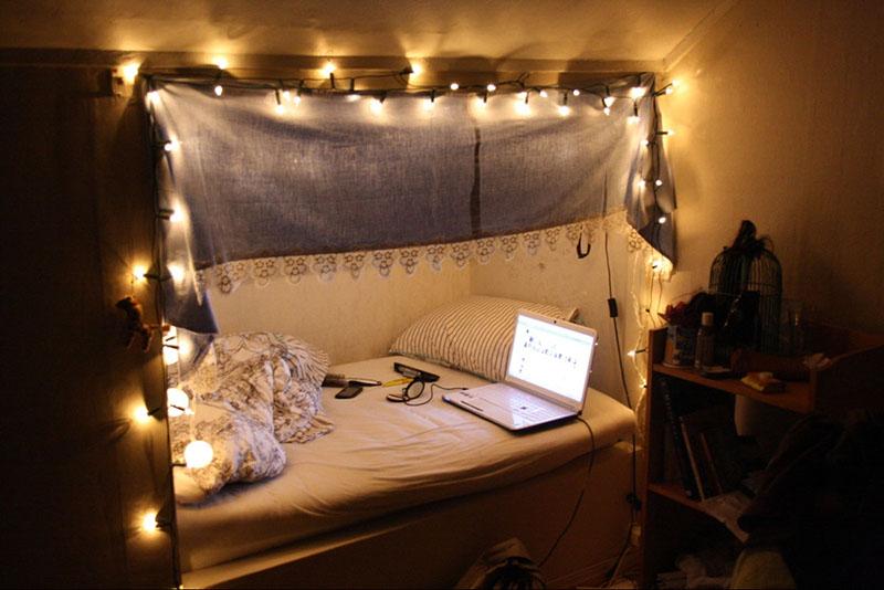 Если в квартире плохое освещение, используйте большие лампы для создания центральной композиции, а вокруг навешивайте как можно больше маленьких жёлтых и цветных фонариков. Вечера сразу станут тёплыми и уютными