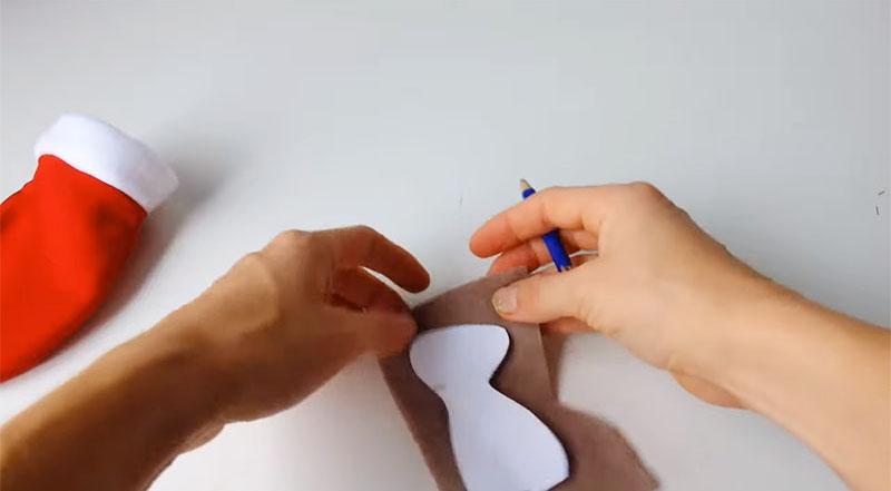 Выкройка переносится на флис, после чего оба слоя сшиваются