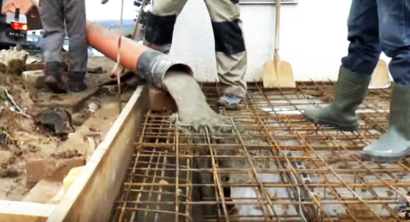 Заливка арматуры фундамента бетоном