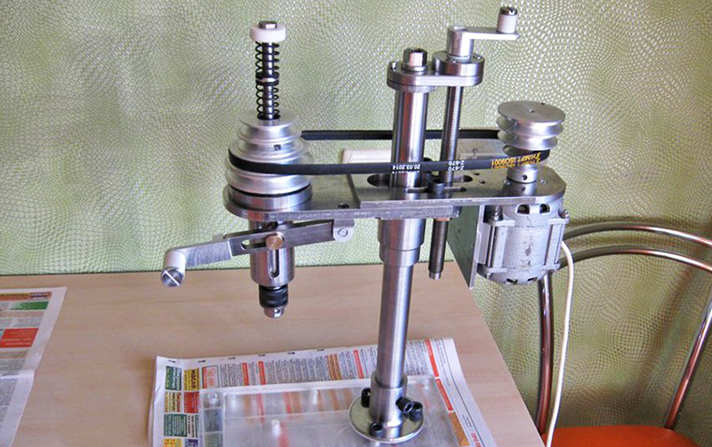 Сверлильный станок со шкивами и ременной передачей