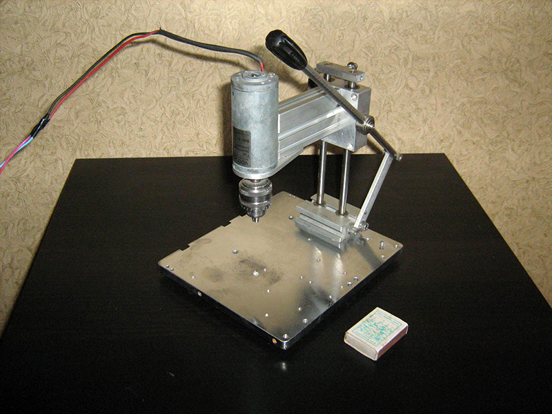 Сверлильный станок с патроном на валу мотора
