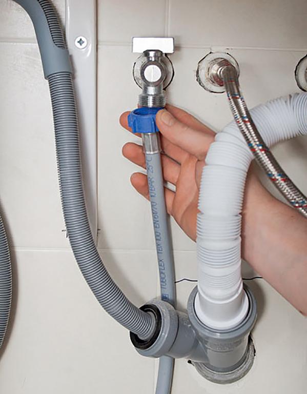 Подключение подающего шланга к водопроводу