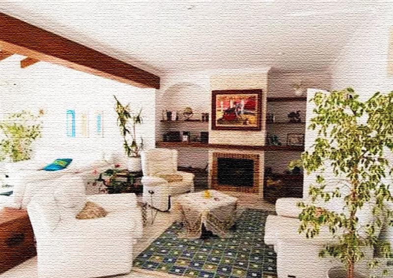 Потолочные балки, покрашенные в коричневый цвет, эффектно выделяются на фоне белоснежного потолка
