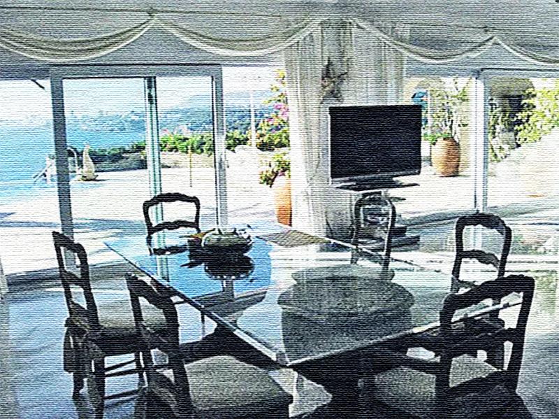 Огромные панорамные окна декорированы белоснежными ламбрекенами, тюль выступает лишь только в качестве декоративного элемента