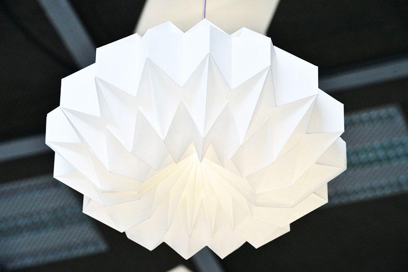 Бумажные торшеры необычной формы пользуются большой популярностью и используются для оформления квартиры в скандинавском стиле