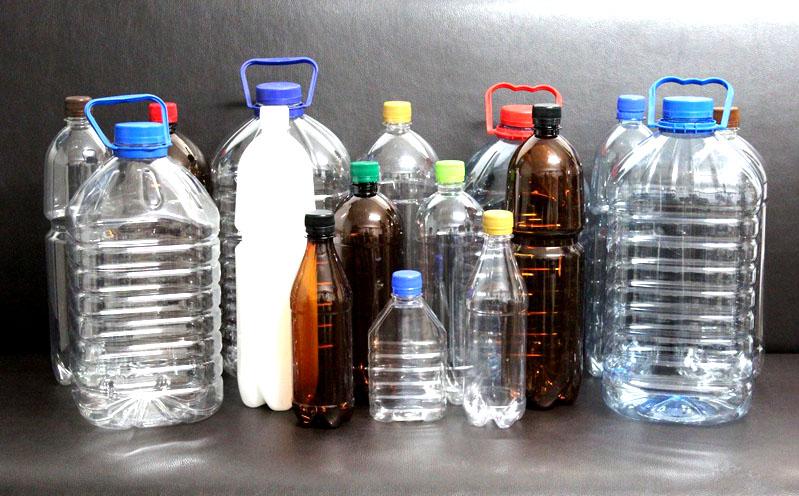 Пластиковые бутылки не только засоряют квартиру, но и портят общий вид. Замените их красивыми стеклянными ёмкостями и глиняными горшками для цветов