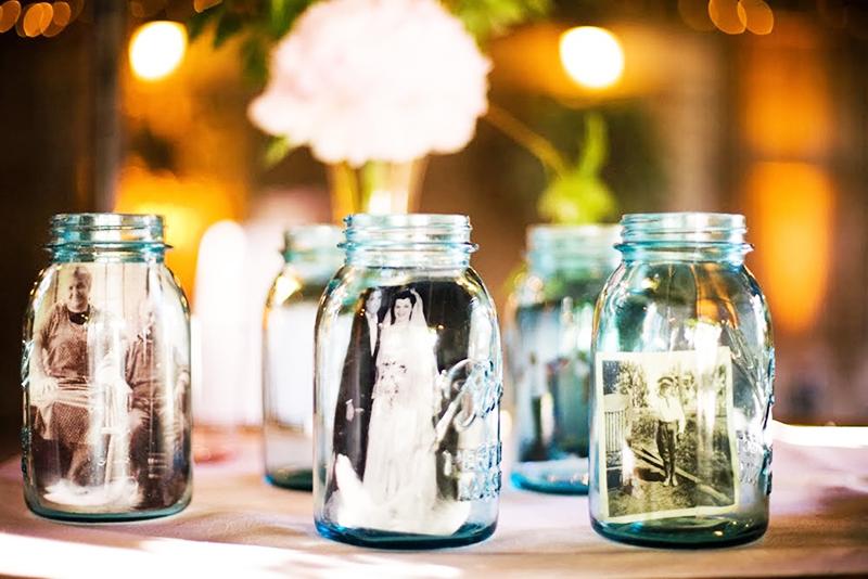 Рядом с фотографиями в необычных «рамках» поставьте красивые домашние цветы в горшках и вазах, чтобы создать красивую и уютную атмосферу