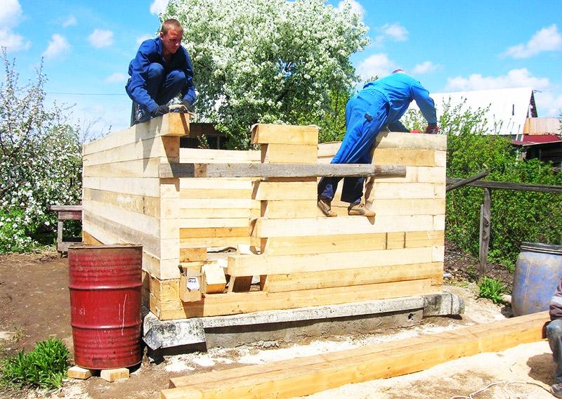 Рубероид нужно класть не только перед заливкой бетона, но и перед установкой на фундамент стен