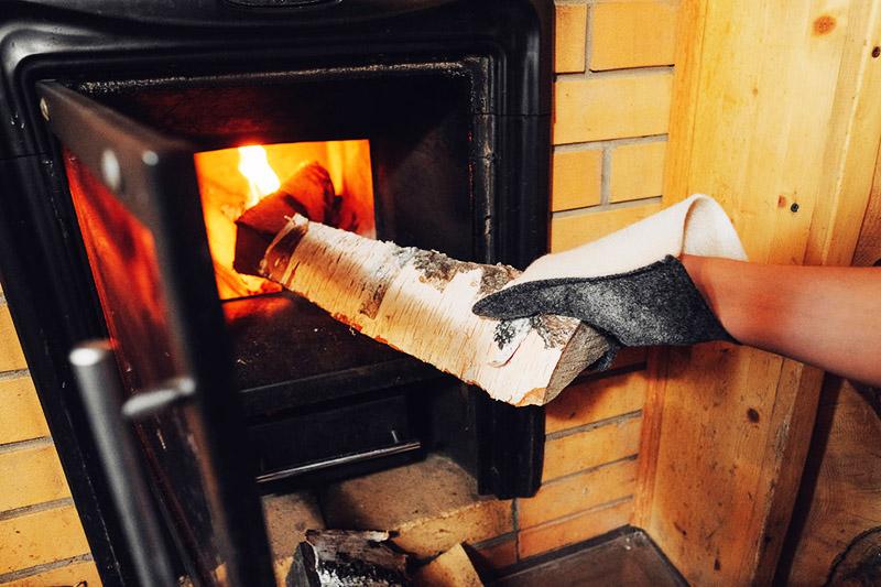 Закладывать дрова в печь парилки необходимо в термоперчатках