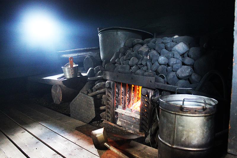 Отличной теплоотдачей в бане обладает печь из круглой крупной гальки