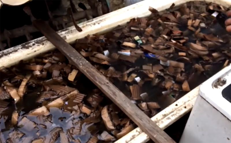 Картон режется на полосы и вымачивается в воде не менее полутора суток