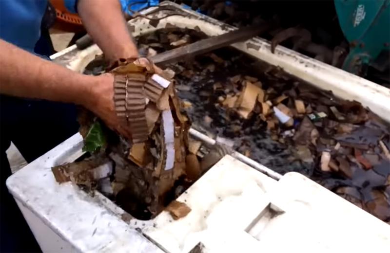 Размокший картон загружается в стиральную машину