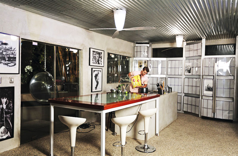 Стены кухни украшают чёрно-белые картины с изображением популярных музыкантов
