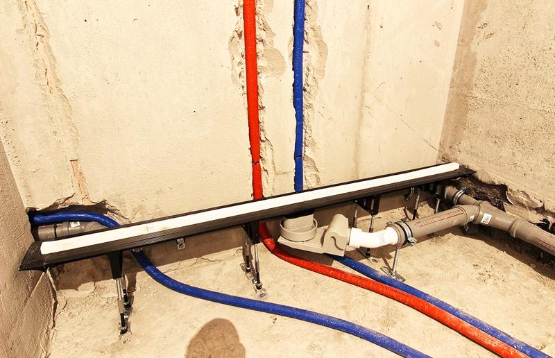 При подводе воды к душевой кабинке, все фитинги нужно дополнительно обматывать лентой ФУМ для герметичности