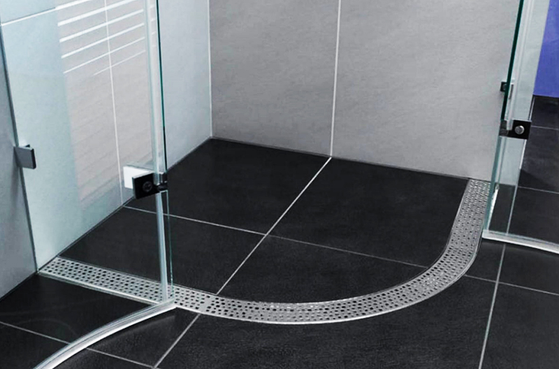 Протянуть коммуникации можно под бетонной стяжкой пола