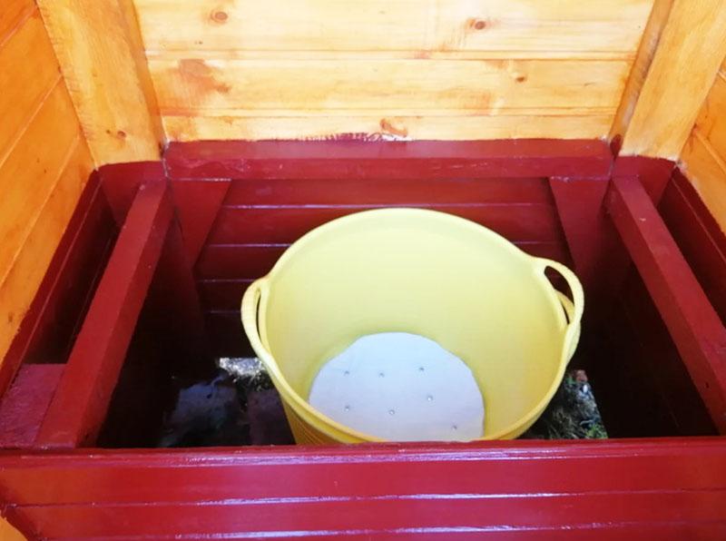 Такое ведро часто используют для слива нечистот в туалете без ямы