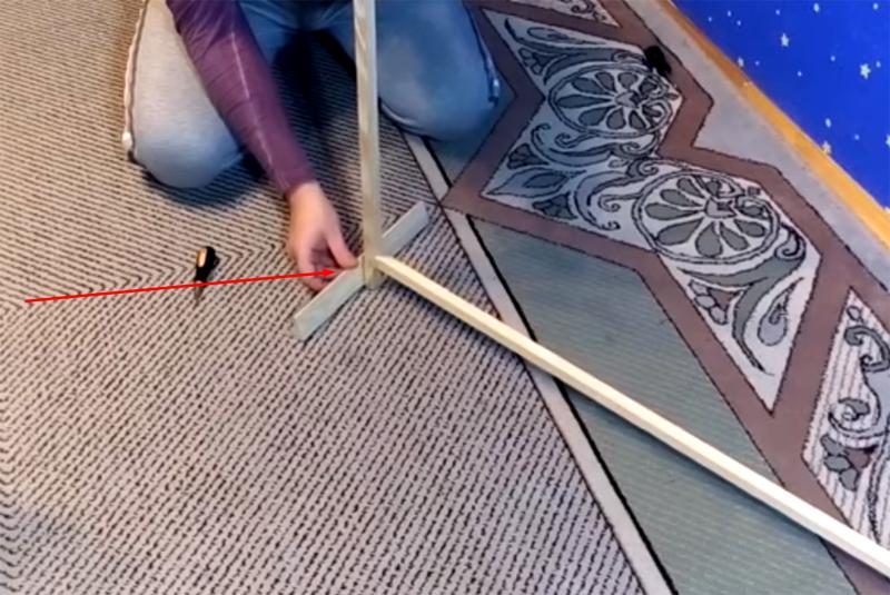 К рамке крепятся ножки – теперь можно переходить к монтажу нагревательного элемента